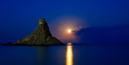 Liebessprüche - Der Mond am Himmel scheint nur für dich.