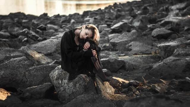 Liebesgedichte – Das Mädchen gegenüber von mir blickt traurig