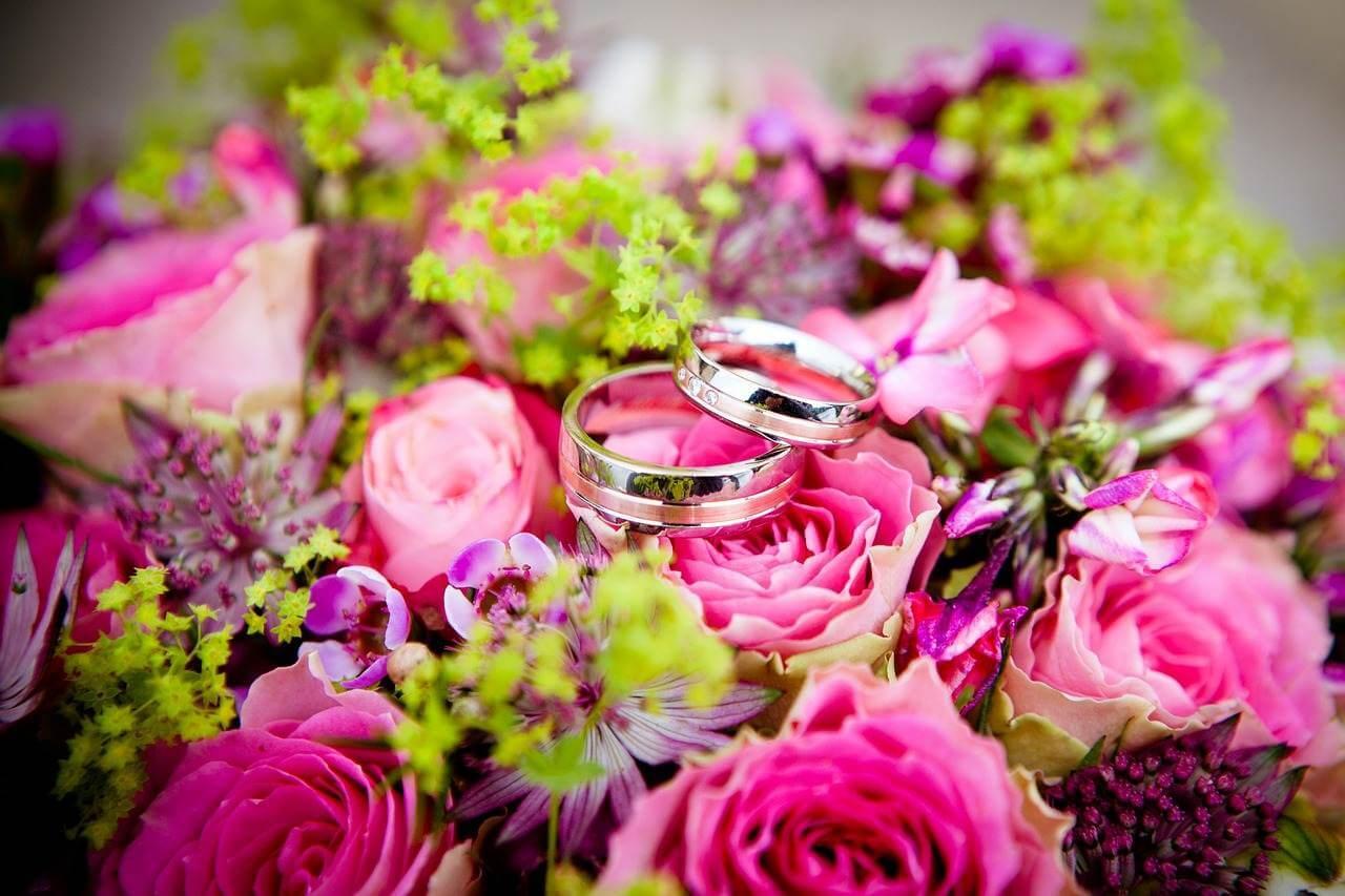 Die perfekte Hochzeit – wunderschöner Brautstrauss mit Eheringe