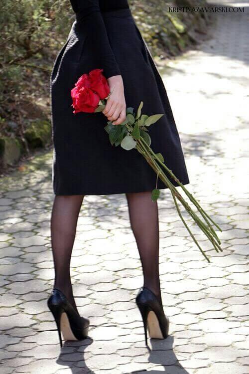 drei wunderschöne langstieligen rote rosen in den händen einer frau - Das Symbol der Liebe - die rote Rose