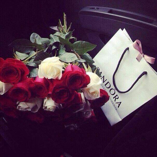 ein strauß roter und weißer rosen mit einer tasche von pandora rosen und schmuck heiratsantrag - Das Symbol der Liebe - die rote Rose