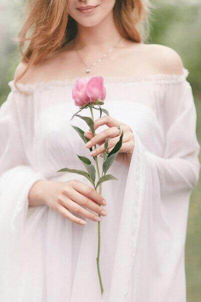 eine rosa rose hält die frau in ihren händen - Das Symbol der Liebe - die rote Rose