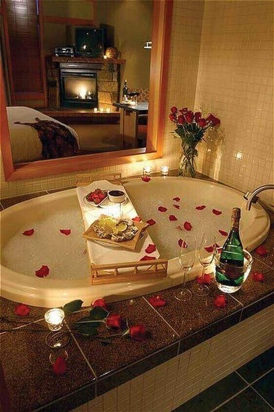 romantisches rosen bad für zwei - Das Symbol der Liebe - die rote Rose