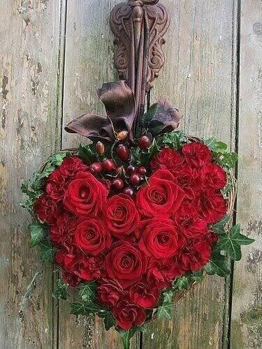 schönes rosenherz an holzwand - Das Symbol der Liebe - die rote Rose